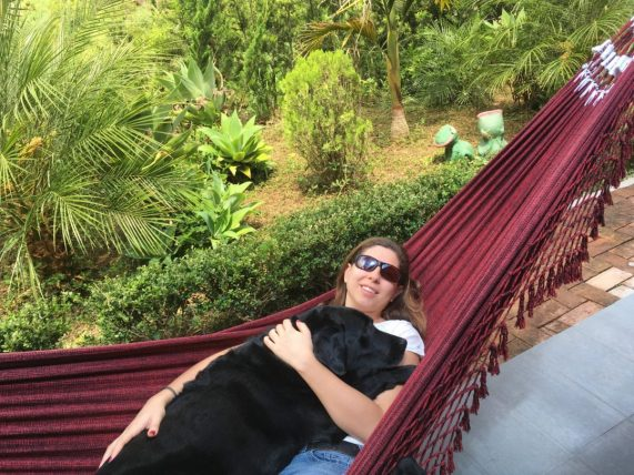 viajar sozinha com deficiência visual: mellina reis e sua cadela-guia hilary