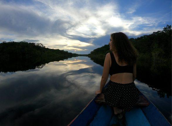 passeio de canoa pela floresta alagada