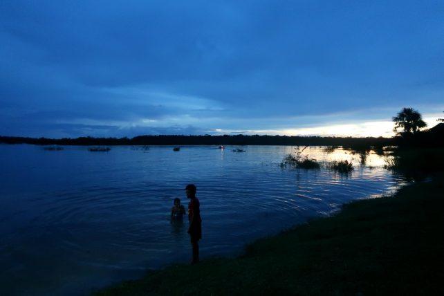 crianças tomando banho de rio