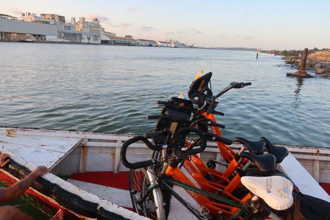 turismo alternativo no recife - bicicletas no barco para travessia