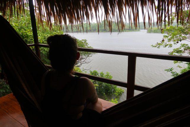 varanda do bangalô do hotel de selva na amazônia