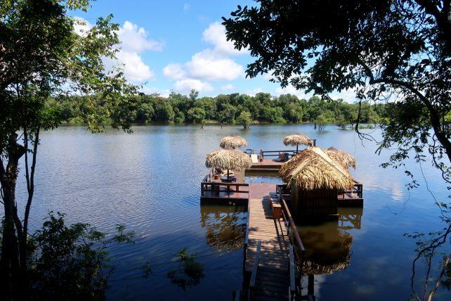 piscina de rio do hotel de selva na amazônia