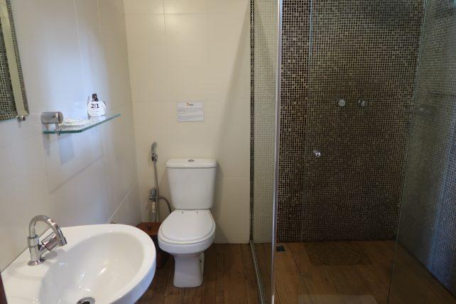 banheiro do quarto do hotel de selva na amazônia