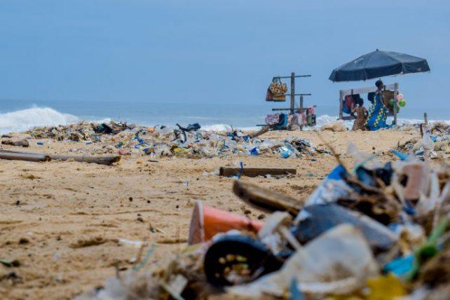 praias poluídas são um dos efeitos do overtourism