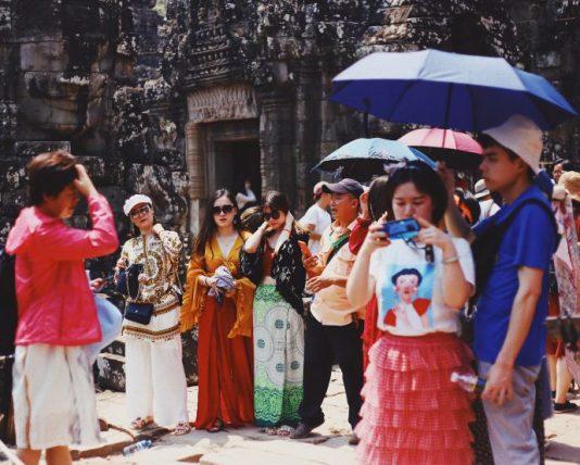 o que é overtourism - turistas no camboja