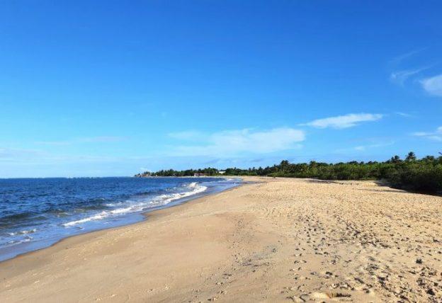trecho vazio da praia de coroa vermelha