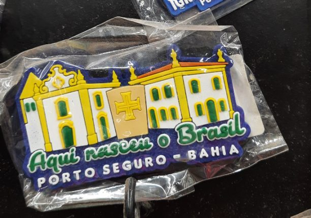 """ímã de geladeira que diz """"aqui nasceu o Brasil"""""""